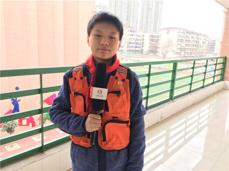 人民小记者刘容刚在会议现场报道.jpg