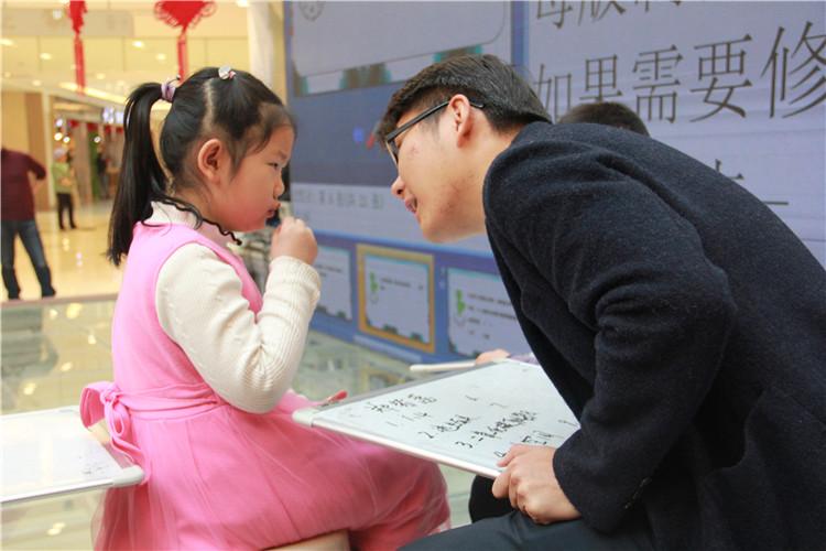 (赛场年仅6岁的郑紫菡同学在工作人员协助下完成答题).jpg