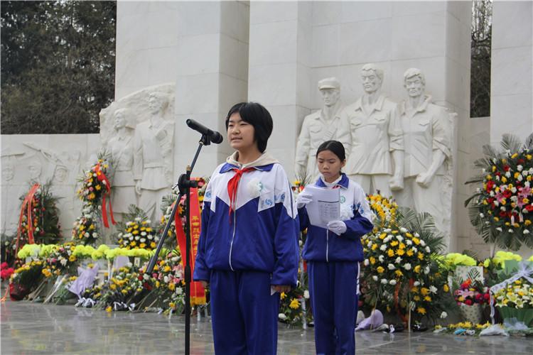 烈士纪念碑前的讲话 (2).jpg