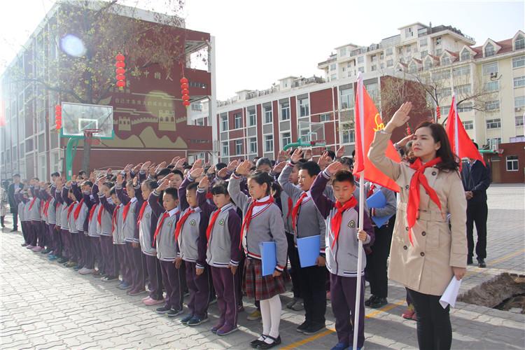 师生们向革命英烈行队礼.jpg