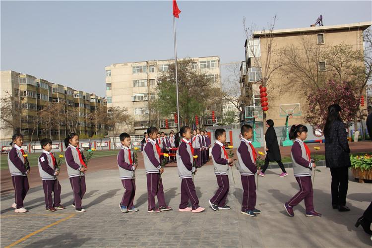 教師代表和學生代表分別向烈士紀念石碑敬獻鮮花.jpg
