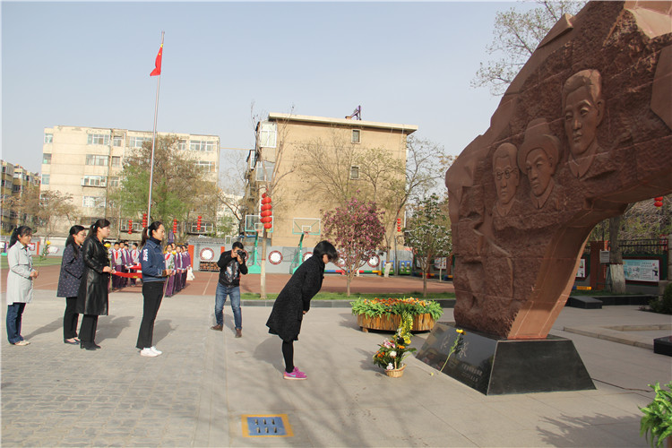 教师代表和学生代表分别向烈士纪念石碑敬献鲜花1.jpg