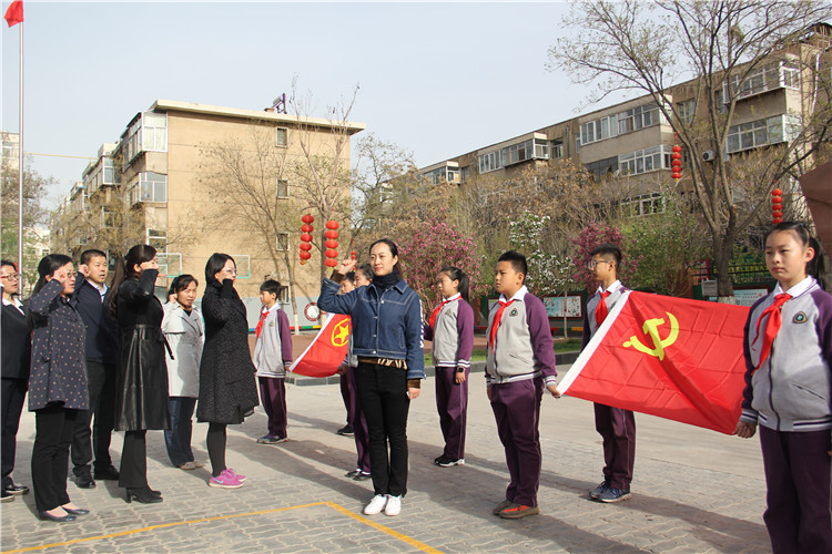 党员代表对党旗进行宣誓.jpg