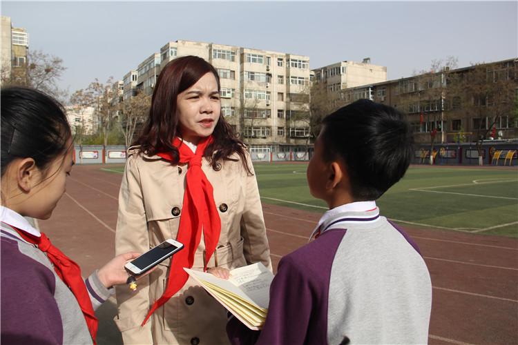 人民小记者杨浩涵采访参加祭奠活动的二十一小大队辅导员白老师.jpg