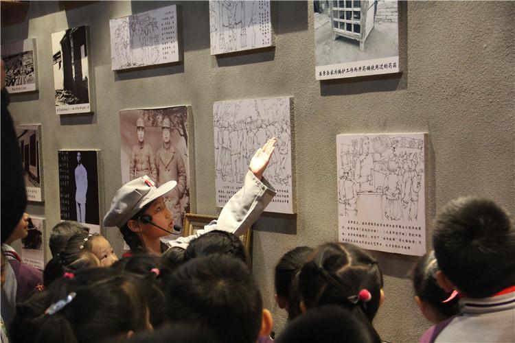 小讲解员为学生们讲解景岳三烈士的革命事迹.jpg